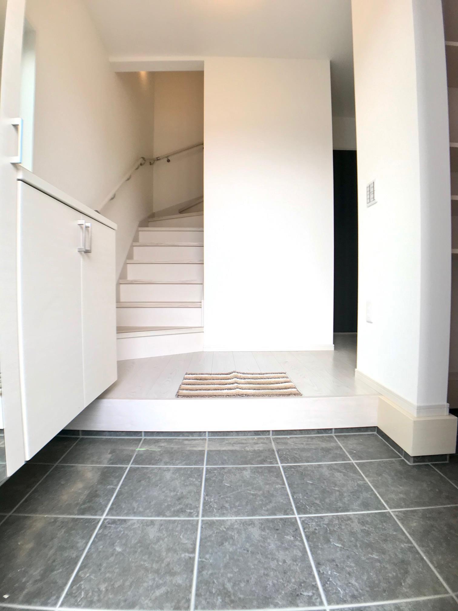 毎日利用する玄関は明るく快適に。採光を考え抜いて造られた玄関は「行き」も「帰り」も優しく家族を送り出し出迎えます。