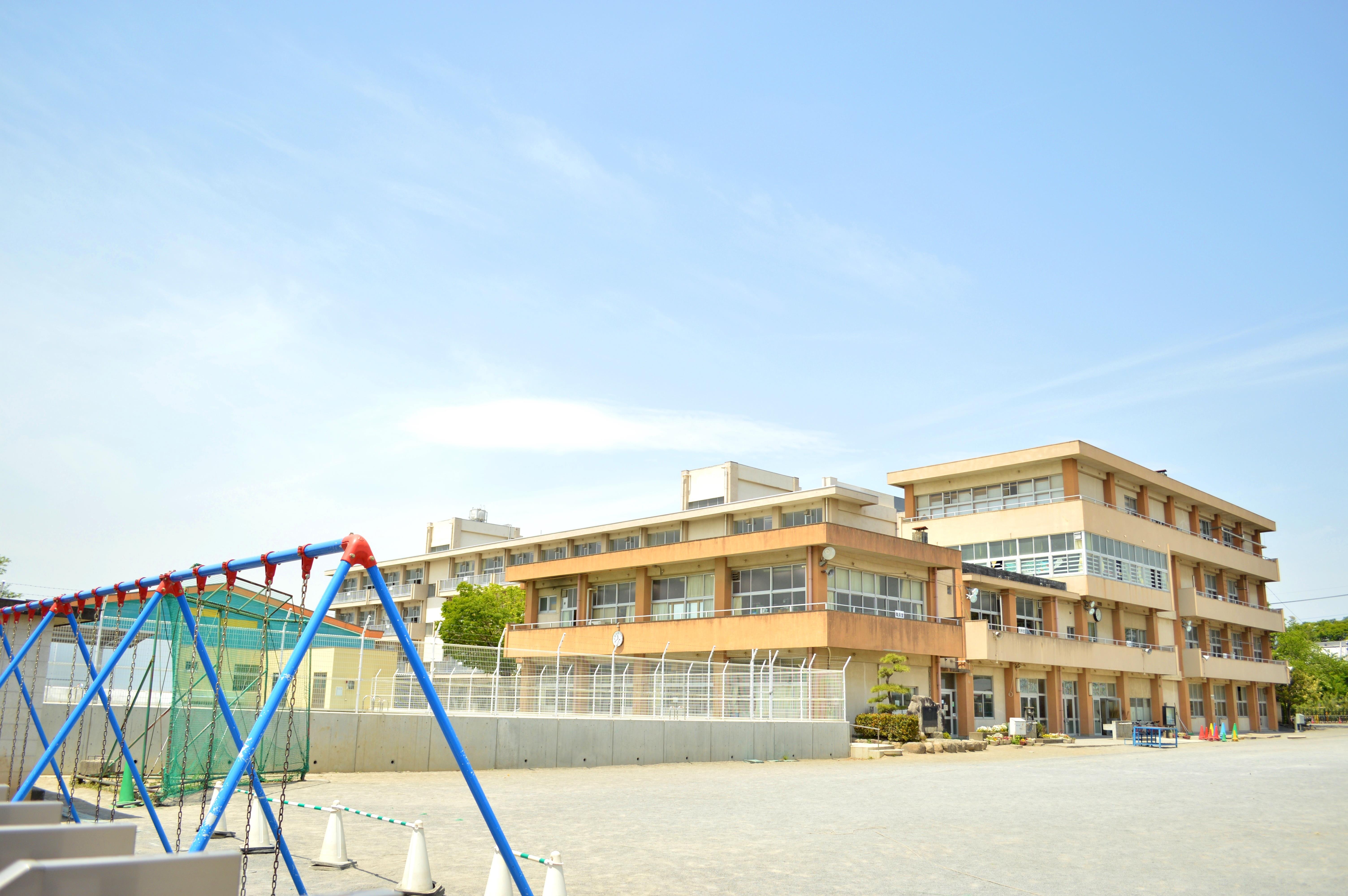 中川小学校(【教育目標】知・徳・体の調和のとれた 人間性豊かな たくましい児童の育成 〇子ども会育成会の活動等も活発に行われています。)