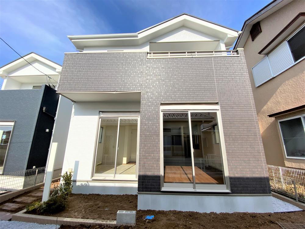 2号棟・現地外観  ●2号棟は、収納たっぷり!玄関、ホール、リビングに収納を設置♪ご家族共有で使えるフリースペースもついています。