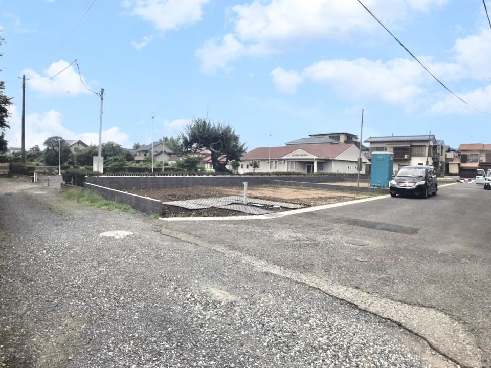 現地写真  ●車通りの少ない、静かな住宅街です。前面道路は6m幅と広く、お車の駐車も快適に行えます♪