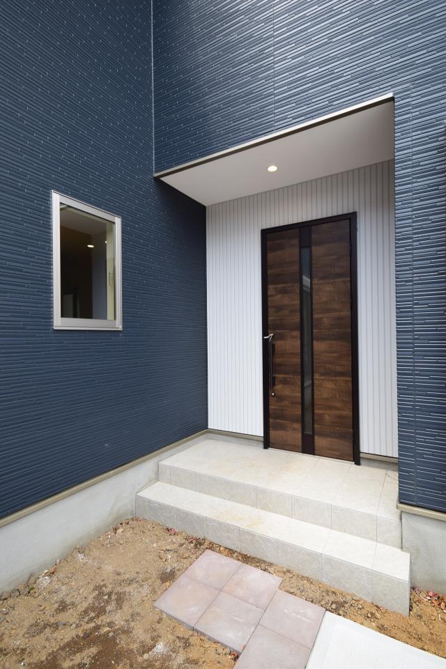 現地外観写真【対象地(只今建築中)】:外観はシンプルな2色使いがスマートな印象の新定番『Ricca』仕様を予定!!おしゃれ格好良いデザインでついついお友達を招待したくなるお家です♪