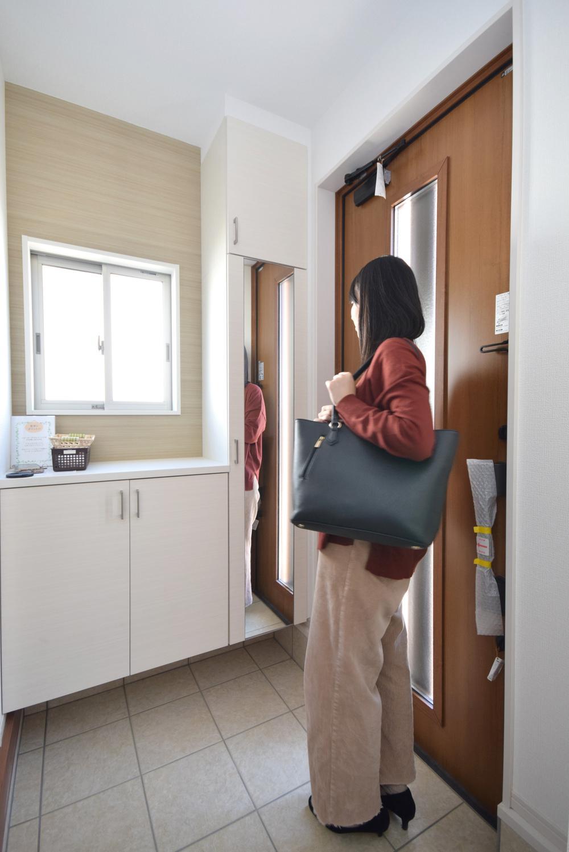 玄関  【1号棟イメージ画像】  〇お出かけの際には全身鏡は必要ですよね♪
