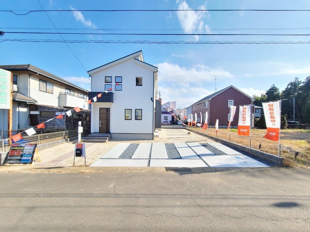 現地外観写真*現地|3台駐車もできる広々スペースです♪/BBQやお庭キャンプもできる広さですね。