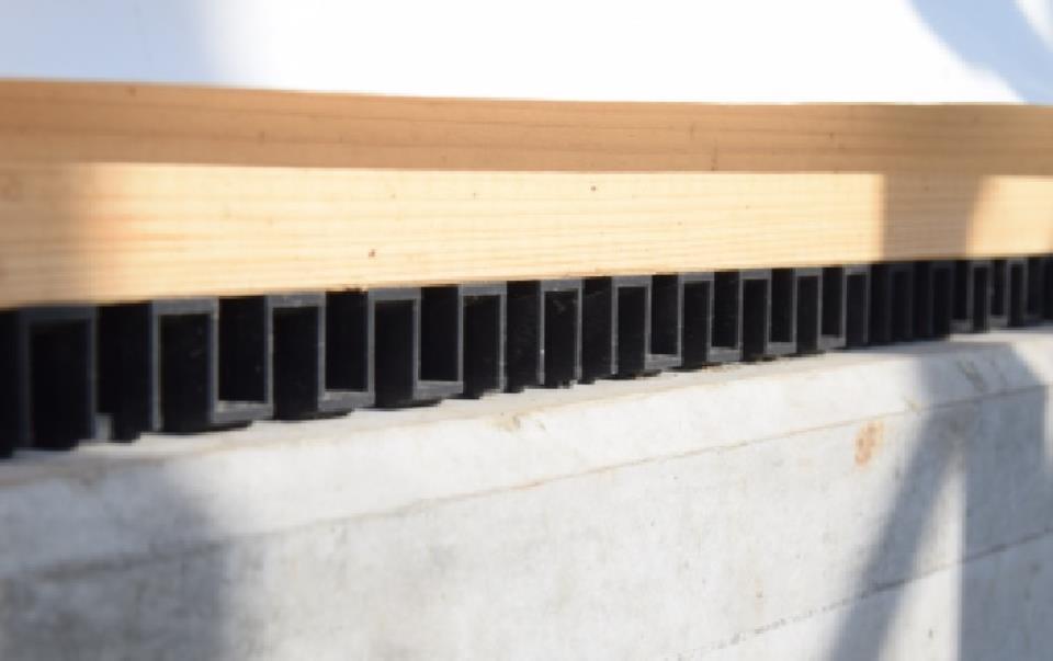 構造・工法・仕様(【プレカット材】)CADで構造計算して設計されたデータを基に、コンピュータ制御で加工。その精度は職人さんなどの手加工より1.5倍もアップします。それにより、品質のばらつきもなくなり、耐久性の高い、高品質な構造材となり、地震に強い家づくりが可能になります。