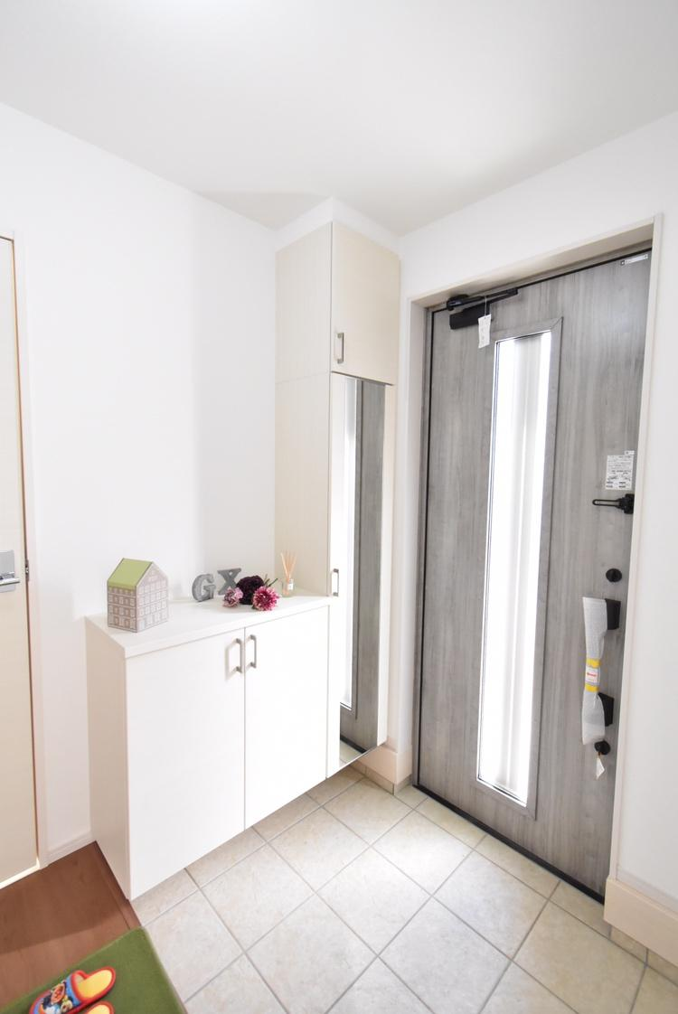 玄関(1号棟) お客様を最初にお迎えする玄関は、おうちの顔ともいえる大切な場所。よく使うものをシューズボックスの上に飾りながら収納すると、使いやすく見た目もキレイ。