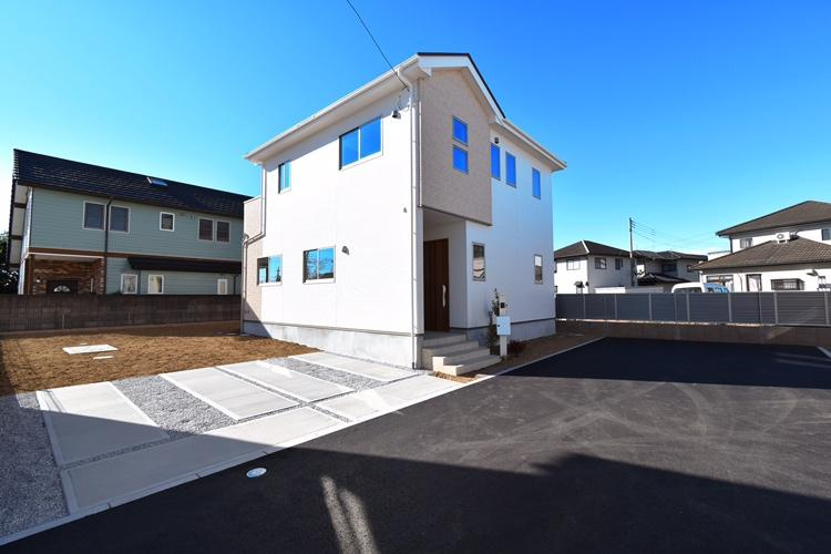 外観(3号棟) 清潔感のあるホワイトを用い、広がる青空や周囲の緑に映える印象的な邸宅景観を創出しました。