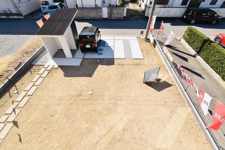 庭|間口も広く、余裕を持って4台以上駐車が可能な駐車スペースには、全面に砕石を敷き込みました。雨の日でも、大切なお車に泥がハネたりする心配はありません。